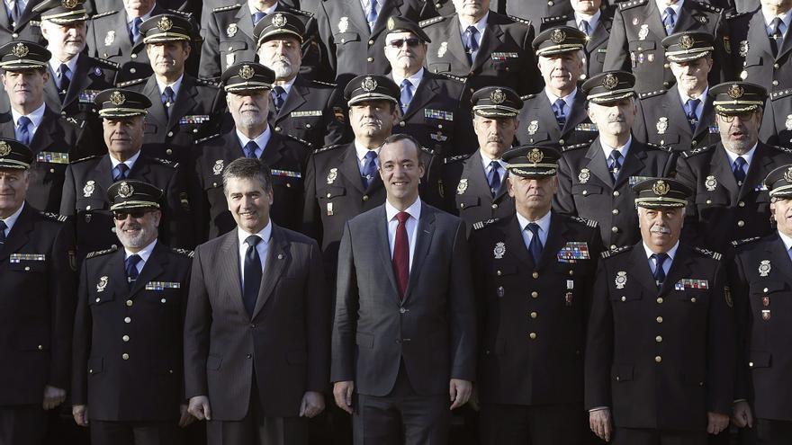 Ignacio Cosidó, Francisco Martínez y el comisario Eugenio Pino (de izq. a dcha.) rodeados de mandos policiales en la sede Canillas