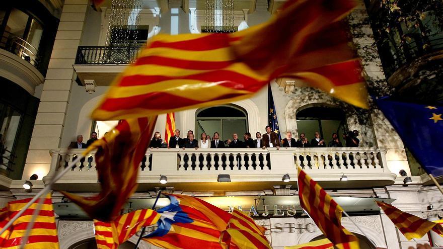 La cúpula de CiU, el domingo 25 tras conocerse los resultados electorales, en el balcón del hotel Majestic. / Efe