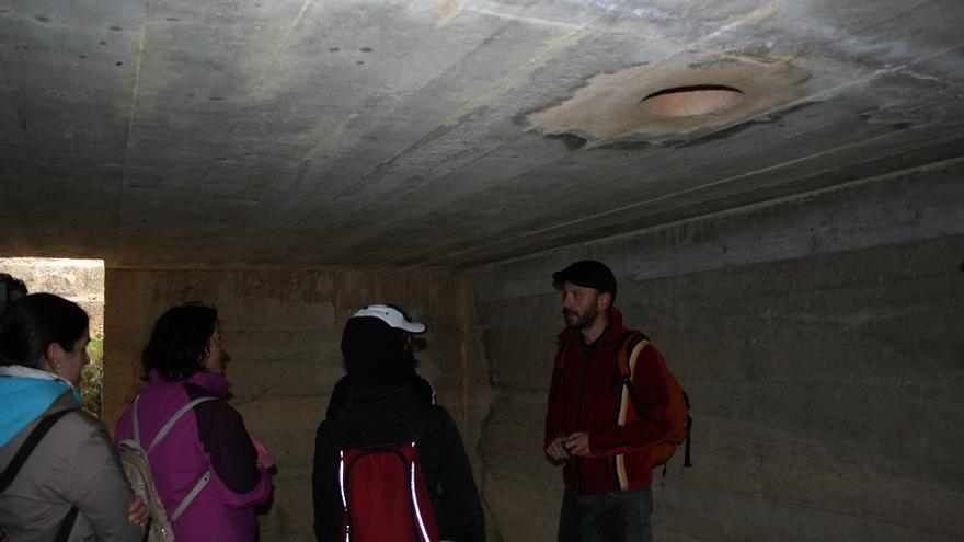 Enrique Gil,en el interior de un búnker, durante una visita guiada.