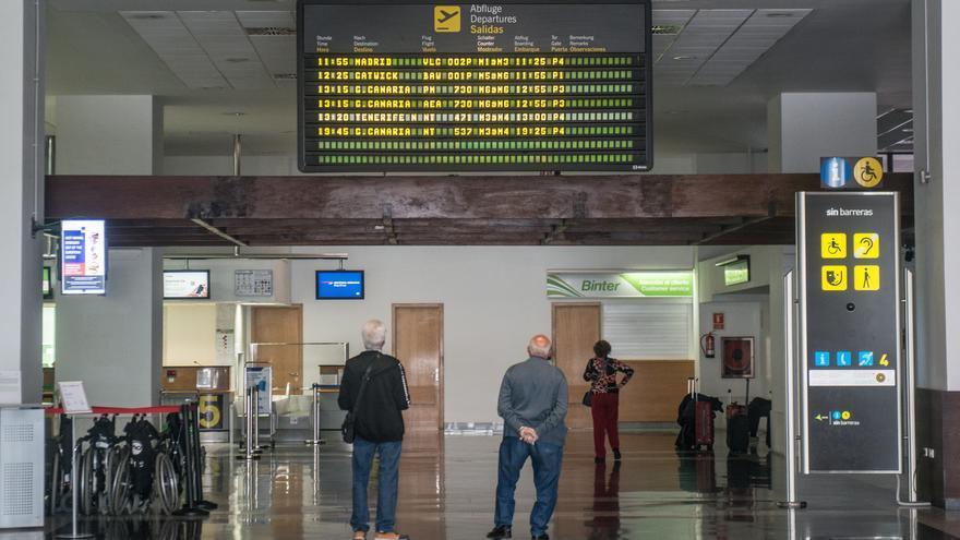 Los últimos pasajeros que salieron de la terminal T1 nacional-internacional del Aeropuerto César Manrique de Lanzarote, antes de su cierre tras la declaración del estado de alarma.