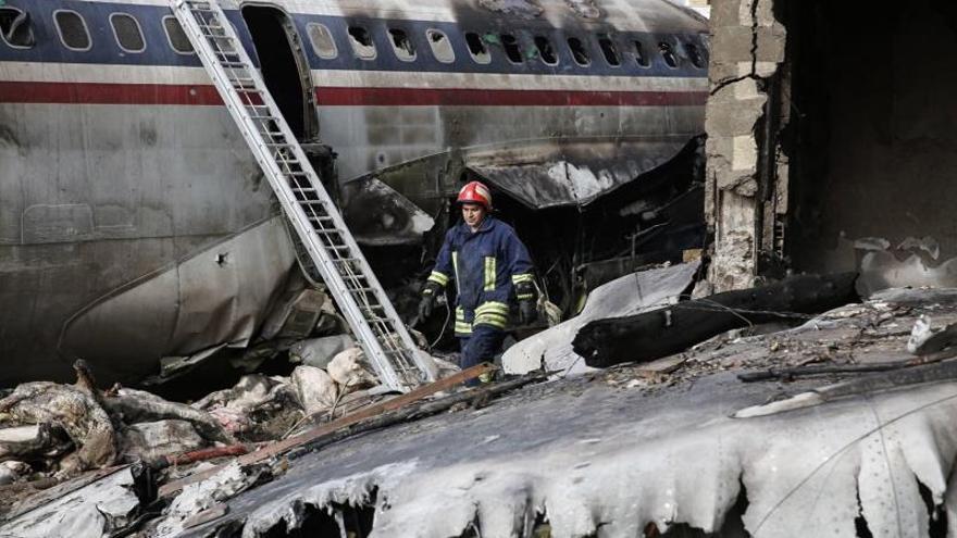 Al menos siete muertos al estrellarse un avión de carga al oeste de Teherán