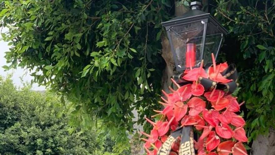Flores de anturio y una vela en el Cementerio de Santa Cruz de La Palma.