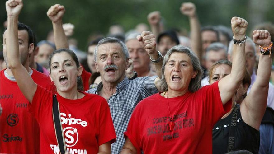 Trabajadores de Sniace durante una manifestación en Torrelavega. | EFE