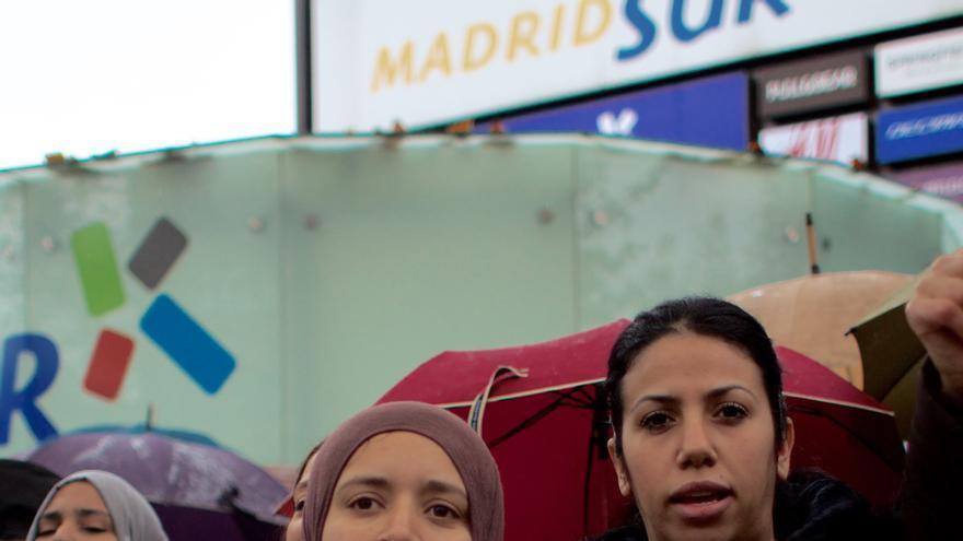 Vecinas de la Cañada Real se concentran frente a la Asamblea de Madrid.