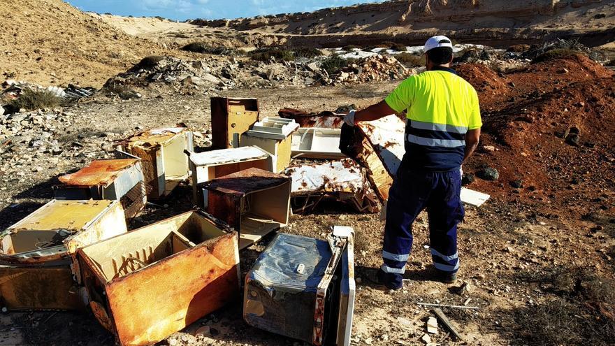 El Ayuntamiento de La Oliva retira 12 toneladas de residuos de la antigua escombrera de Lajares.