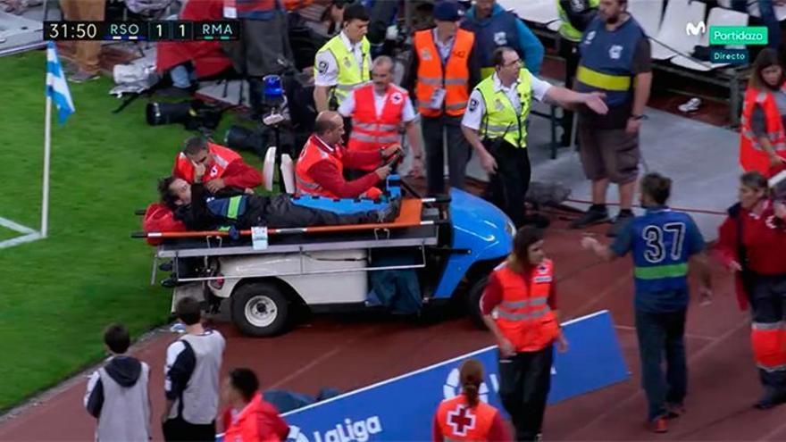 Un cámara de La Liga es retirado en camilla por la caída de una valla publicitaria