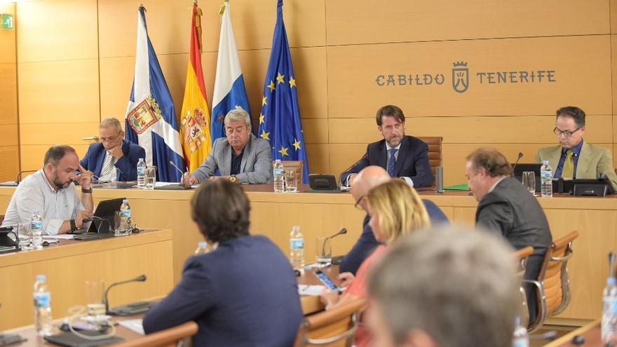 Aurelio Abreu (PSOE), vicepresidente primero del Cabildo de Tenerife, junto a Carlos Alonso (CC), presidente, en una imagen de archivo
