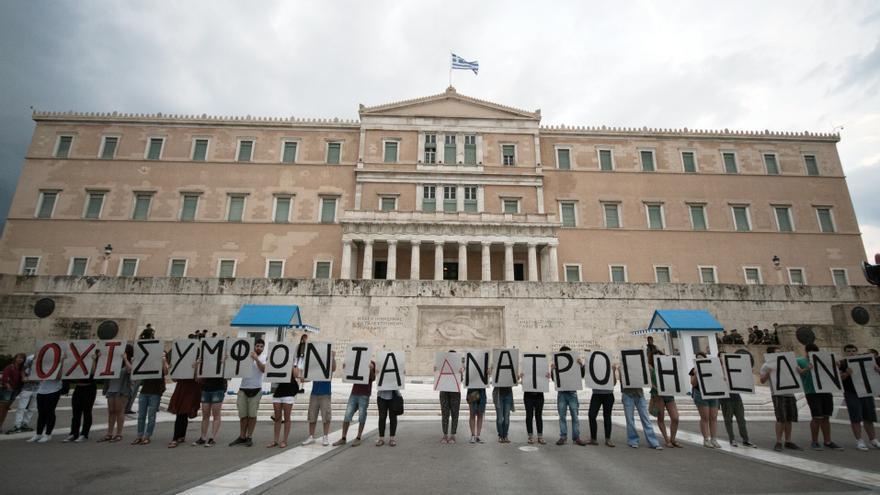 Manifestantes partidarios de que Grecia salga de la eurozona ante el Parlamento heleno / Foto: Socrates Baltagiannis/dpa.