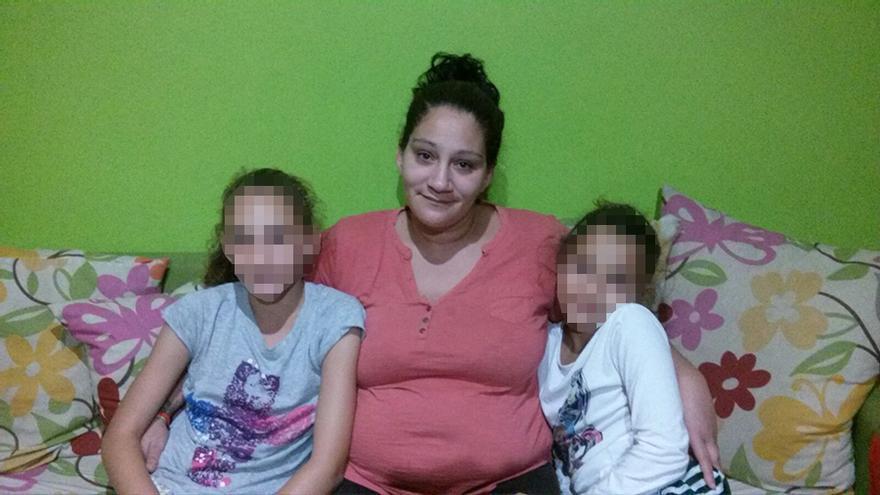 Cathaysa Amador y sus hijas están a la espera de conocer la fecha en que serán desahuciadas.