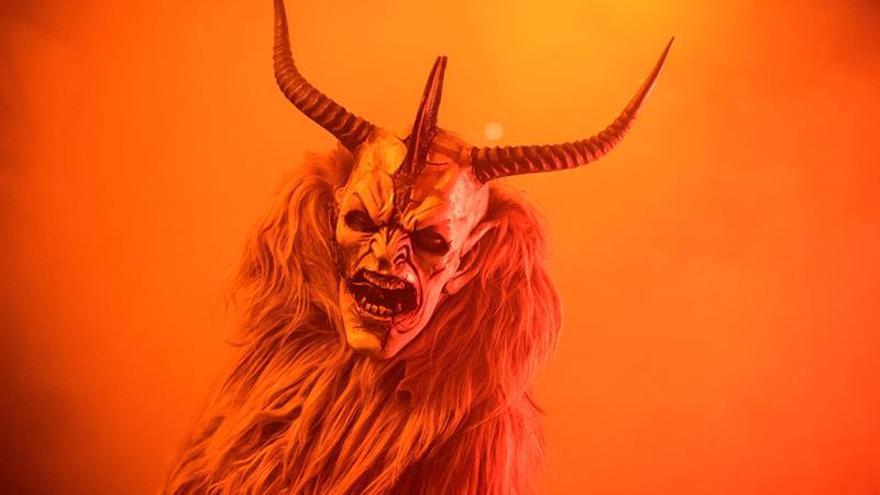 """El demonio """"Krampus"""" se pasea por el Tirol listo para asustar a la gente"""