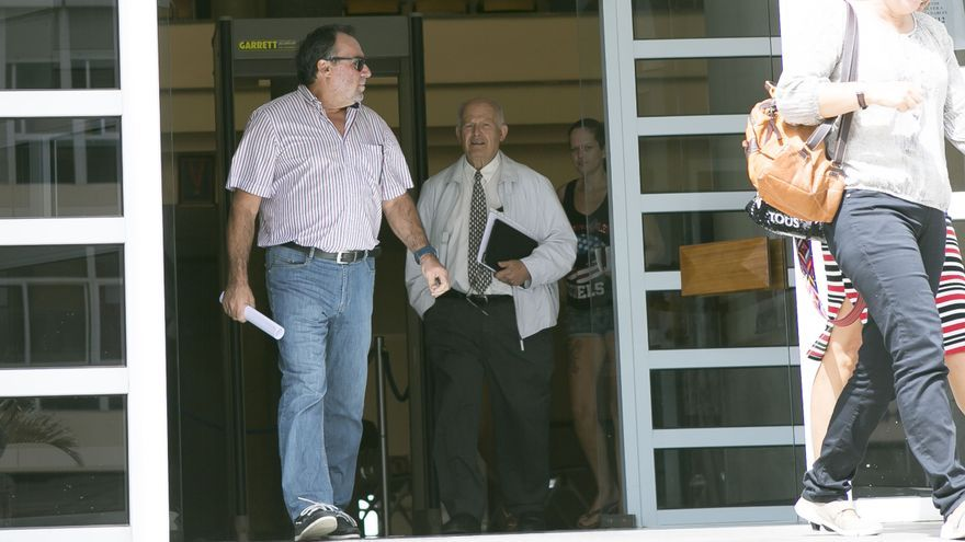 El hermano de la interventora, Felipe Miranda, también investigado en la causa, tras declarar en el Juzgado junto a su abogado Eligio Hernández
