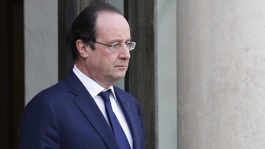 """El romance de Hollande rebaja a la Presidencia francesa al """"papel couché"""""""