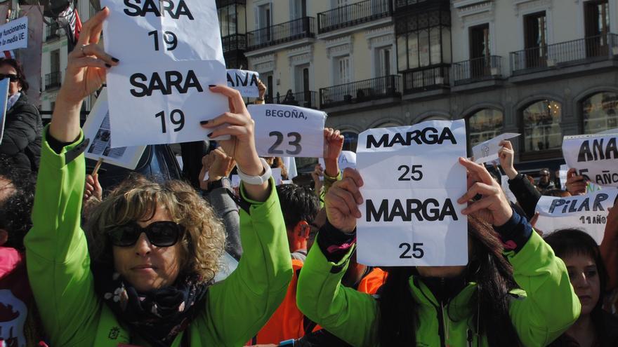 Mujeres con contratos temporales alzan carteles que exponen los años que han trabajado como interinas.