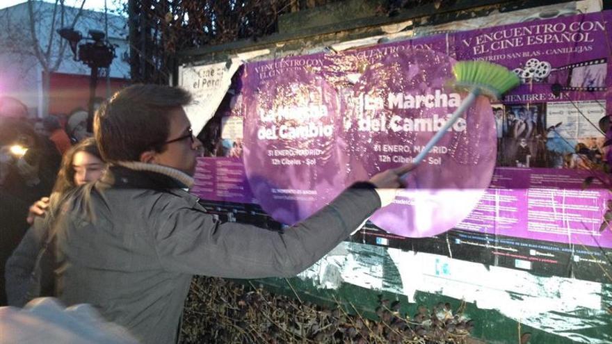 iñigo Errejón durante una pegada de carteles de la 'Marcha del Cambio'