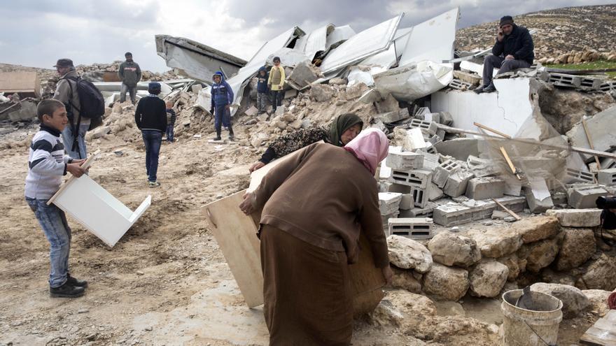 Los aldeanos palestinos rebuscan los muebles que puedan salvar de los escombros/ (c) Peter Beaumont/ / The Guardian