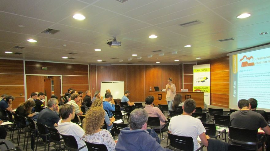 Entrenadores vascos participan en sesiones formativas para aprender a gestionar las redes sociales entre menores