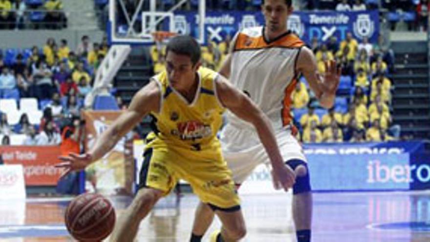 El base del CB Canarias Ricardo Uriz (i) lleva la pelota seguido del alero ucraniano Segiy Gladyr, del Mad Croc Fuenlabrada, durante el partido de la trigésimo segunda jornada de la fase regular de la Liga ACB de baloncesto disputado hoy la capital tinerfeña. EFE/Cristóbal García