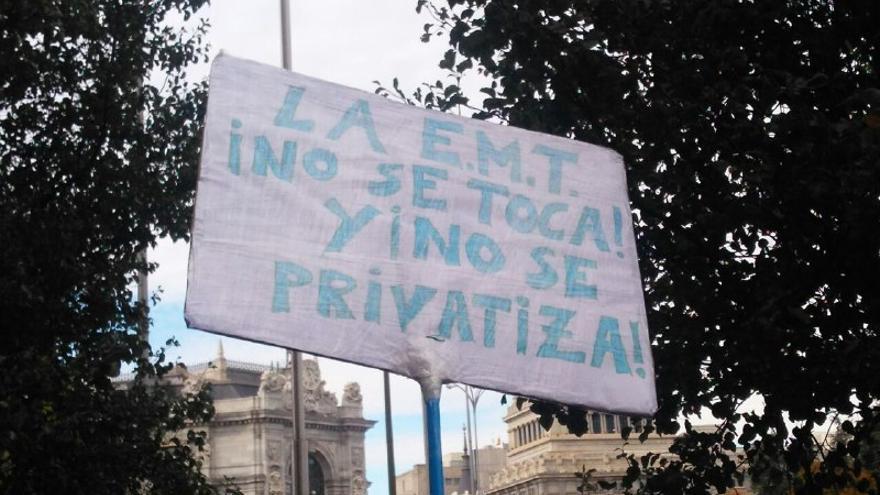 Pancarta durante la protesta de los trabajadores de la EMT en el Ayuntamiento de Madrid en octubre.