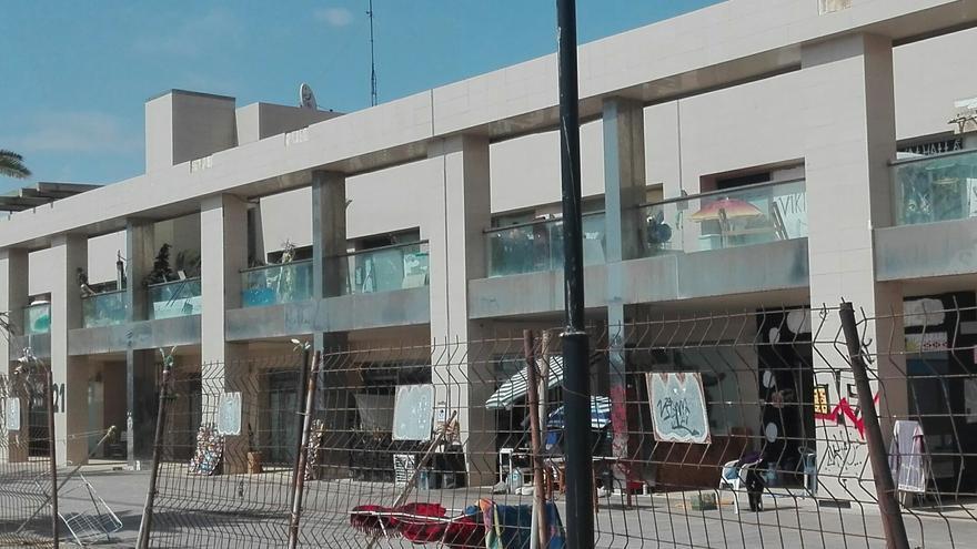 Sección del centro comercial radicado en Los Tarajales (Arona) que ha sido okupado