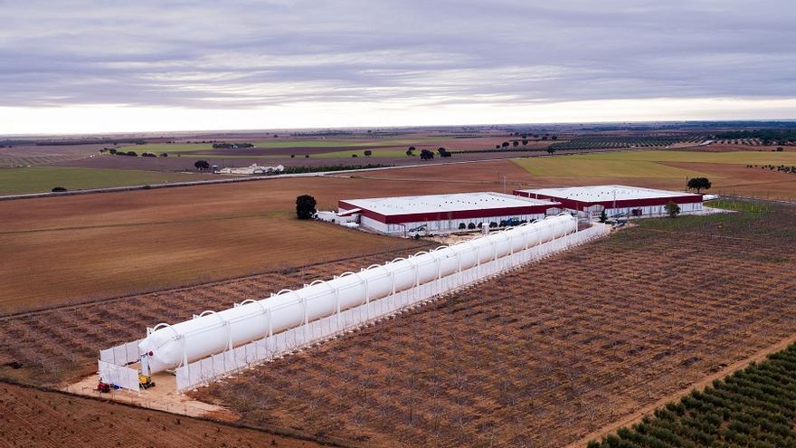 Vista desde el aire del Heliotubo instalado en la cooperativa MercaJúcar.