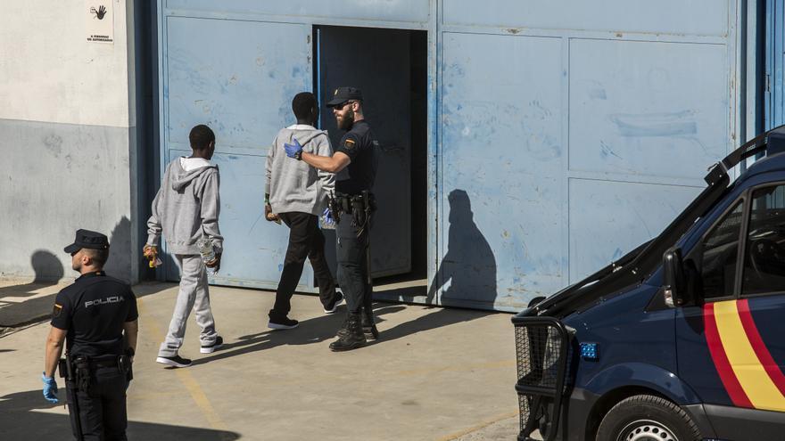 Varios jóvenes rescatados por el Open Arms entran en el CATE del Puerto de Algeciras, un centro cerrado donde permanecerán durante un máximo de 72 horas para ser identificados.