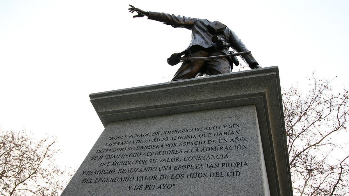 Vista trasera del monumento a los Héroes de Baler, con inscripción | SOMOS CHAMBERÍ