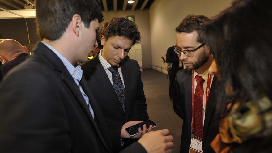 César Miralles charla con los responsables del fabricante de 'smartphones' español Geeksphone (Foto: Red.es en Flickr)