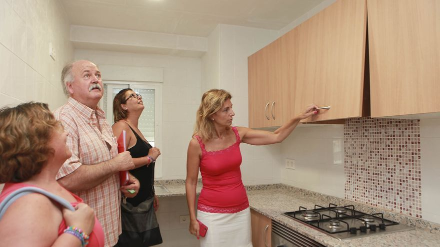 La alcaldesa de Castellón, Amparo Marco, comprueba una de las reformas en las viviendas sociales.