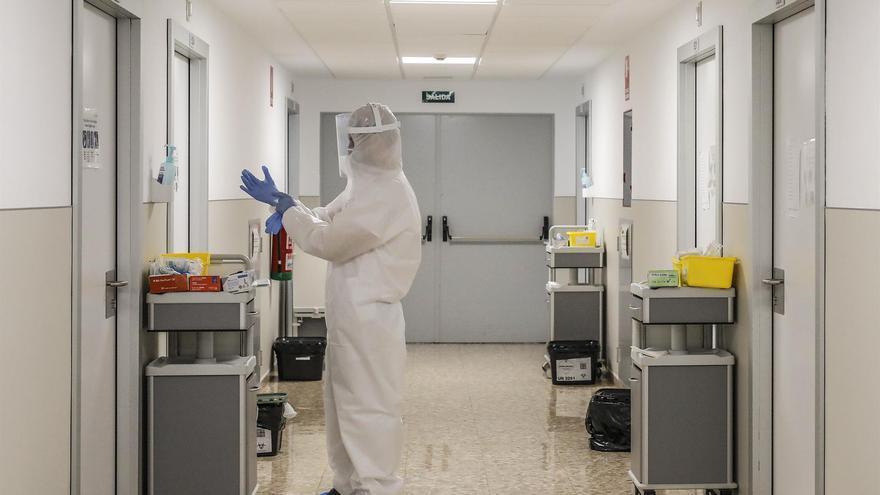 Un sanitario se prepara en un hospital valenciano.