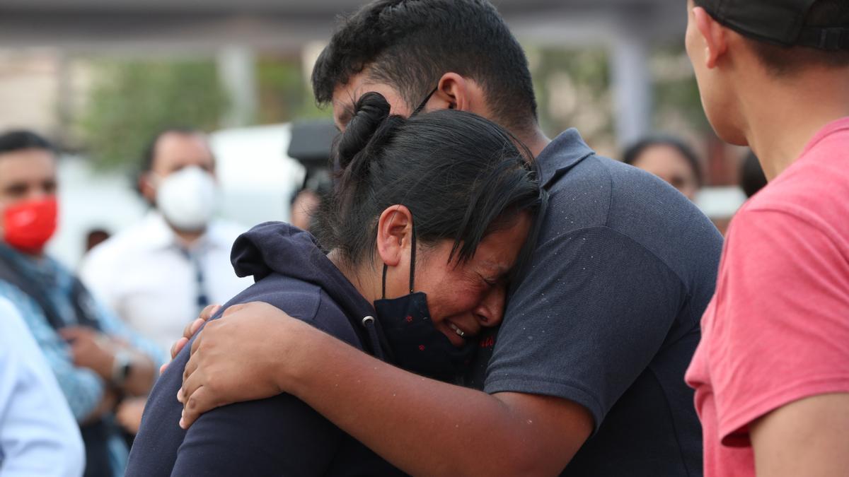 Familiares de las personas fallecidas esperando este martes la entrega de los cuerpos de las víctimas, en Ciudad de México.