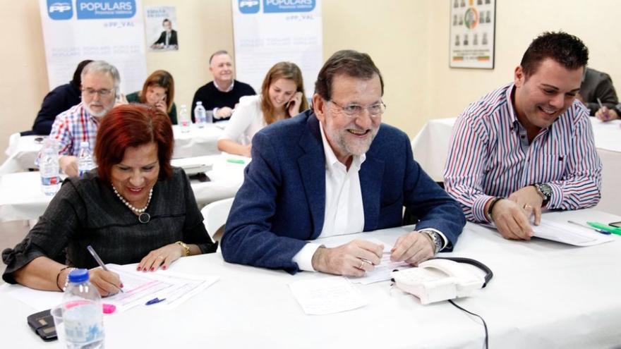 Mariano Rajoy, el sábado, en una oficina electoral de Massanassa, donde llamó a militantes. (Valencia). / PP