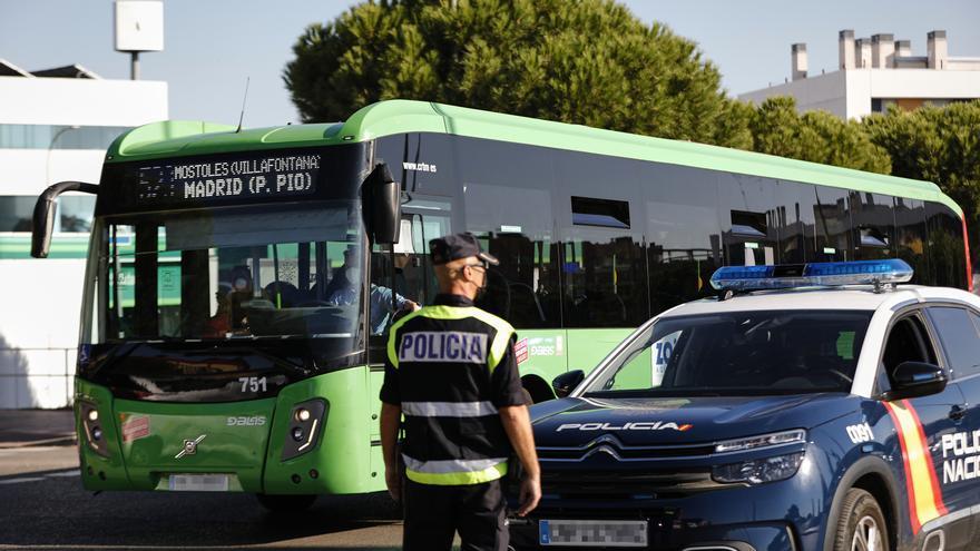 Un agente de la Policía Nacional durante un control policial por las medidas para evitar el COVID-19