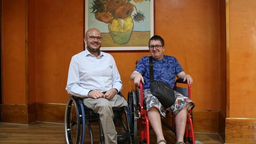 Anxo y Daniel se quejan de la falta de cumplimiento de la leyes de integración / Marta Jara.