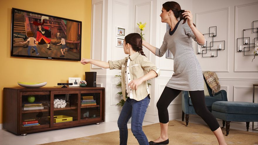 Madre e hija luchando contra su propia frustración por las dificultades de Kinect para detectar dos usuarios simultáneos.