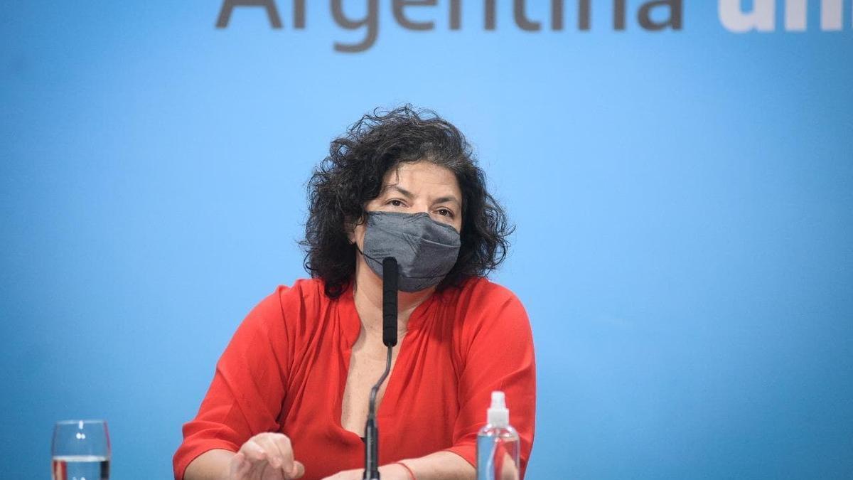 La ministra de salud, visiblemente emocionada