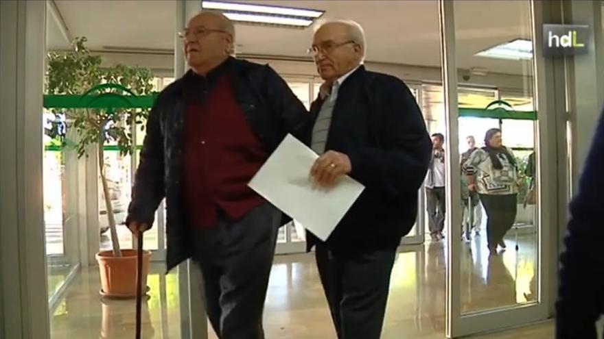Mayores de 60 años hacen de cicerones en algunos hospitales andaluces.