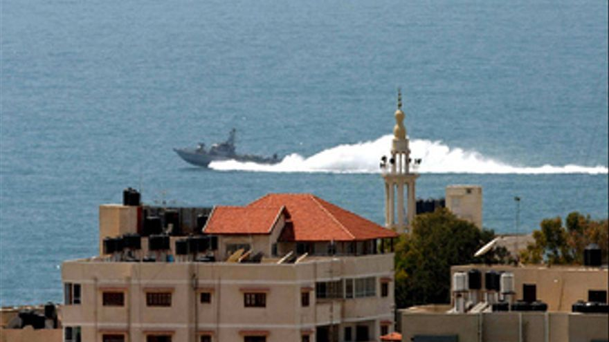 Barcos israelíes patrullan la costa de Gaza