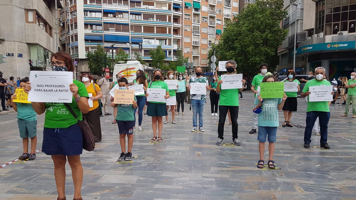 Concentración de la Plataforma por la Escuela Pública de la Región de Murcia-Marea Verde en la Avenida de la Libertad