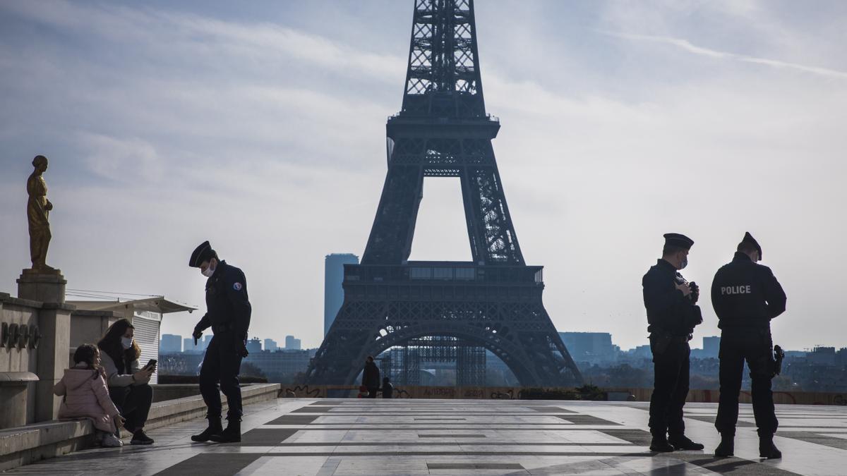 La Policía controla el cumplimiento de las medidas anti-COVID en París