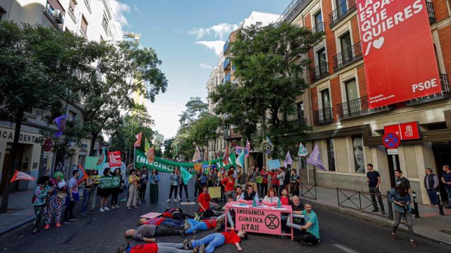 Activistas de ER, ante la sede del PSOE, piden al Gobierno que declare la emergencia climática