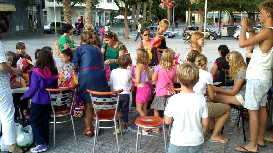 Un instante del taller de farolillos celebrado ayer en el Parque de La Torre del Conde
