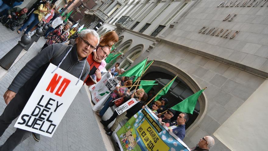 Protesta contra la Ley del Suelo por fuera del Parlamento de Canarias, en una imagen de archivo