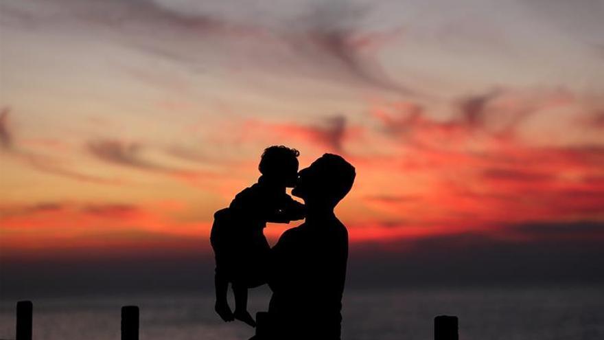 La edad del padre también influye en la salud del bebé, según un estudio