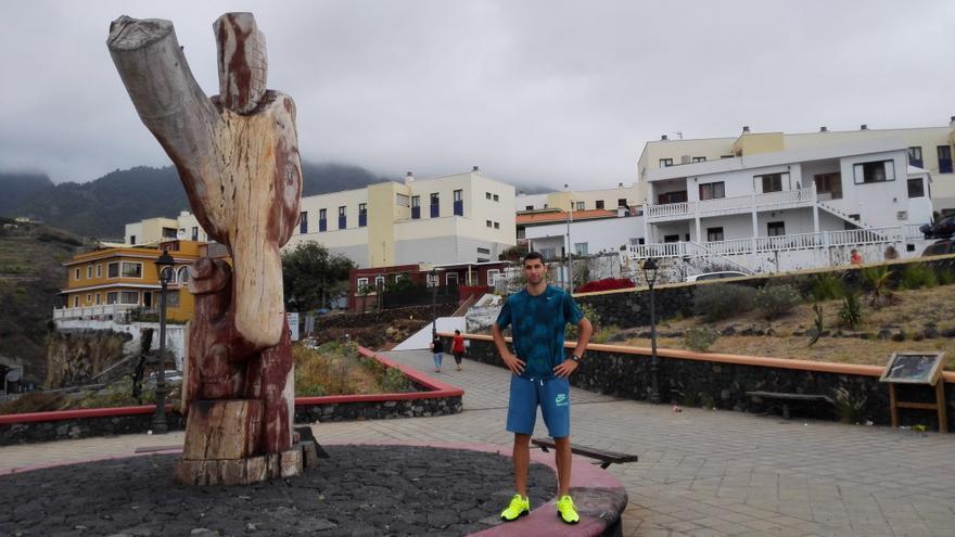 Samuel García se forma en Barcelona y pasa en la Isla poco más de un mes al año.