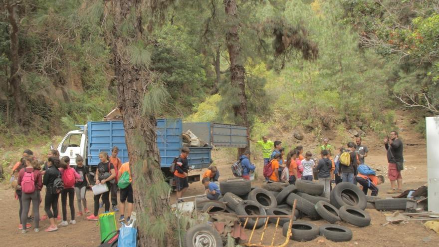 Los escolares durante la limpieza del barranco Los Breñuscos.