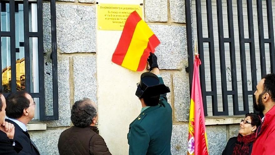 Una placa en Bermillo de Sayago (Zamora) recuerda la operación que aceleró el fin de ETA al liquidar su base en Portugal
