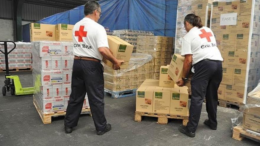 Voluntarios de Cruz Roja en un almacén de alimentos.