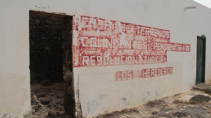 """Vivienda apropiada por 'Roquito'. En ella se lee: """"Casa y terrenos colindantes pendientes de resolución judicial. Los herederos"""""""