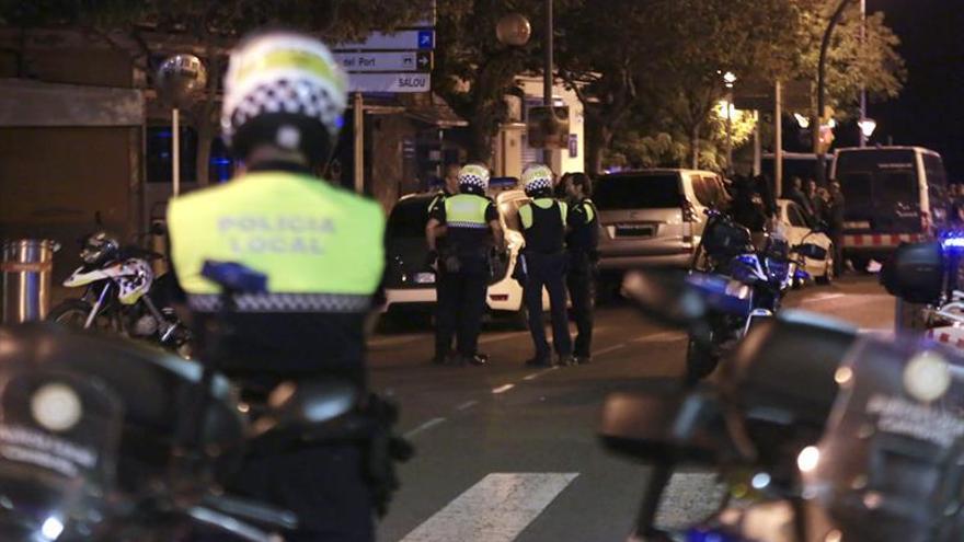 Agentes de la policía durante el dispositivo de la noche del jueves.