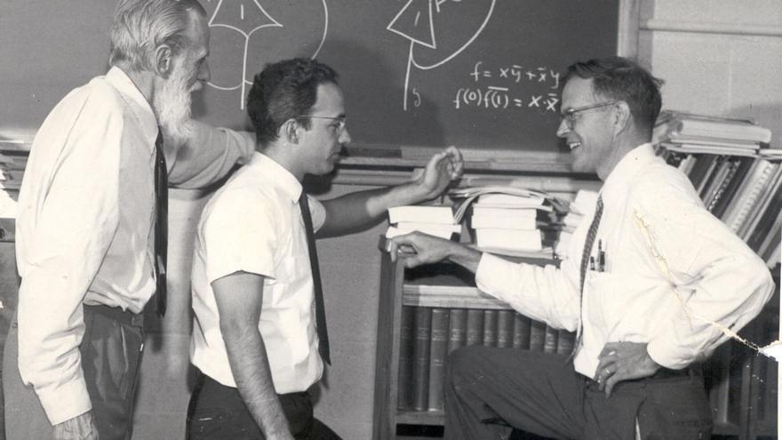 Warren McCulloch, Louis Sutro (uno de sus últimos colaboradores) y el catedrático emérito de Roberto Moreno  en el despacho de McCulloch en el MIT. En la pizarra, una neurona formal
